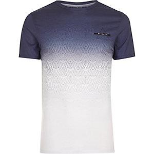 Weißes, figurbetontes T-Shirt mit Geomuster