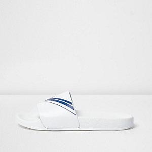 Weiße Slipper mit Chevron-Muster