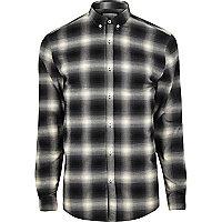 Chemise à carreaux noire coupe près du corps