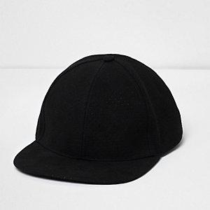 Schwarzer, flacher Hut
