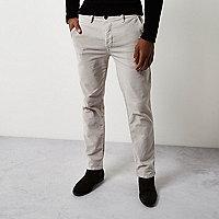Pantalon chino coupe slim en velours côtelé grège