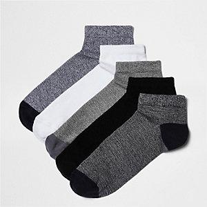 Set met vijf paar blauwe en witte sokken