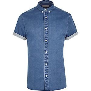 Middenblauwe wash aansluitend overhemd met korte mouwen