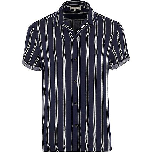 Blaues, gestreifte Hemd