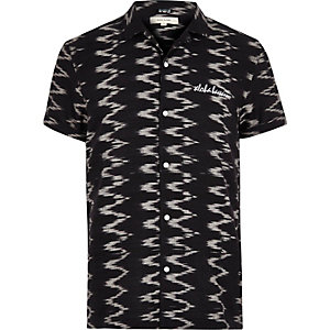 Black zig zag print short sleeve shirt