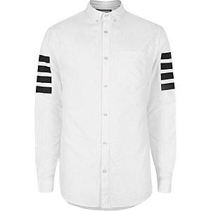Chemise Oxford blanche avec manches à rayures contrastantes