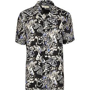 Blaues, kurzärmliges Hemd mit Dschungelmuster