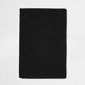 Zwarte gebreide sjaal met honingraatsteek