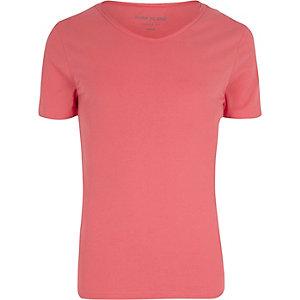 T-shirt ajusté rouge à encolure en V dégagée