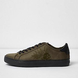 Dunkelgrüne Satin-Sneaker mit Totenkopfstickerei
