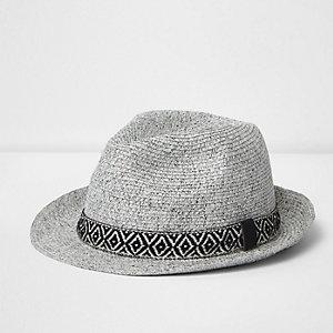Chapeau trilby grège à bordure motif géométrique