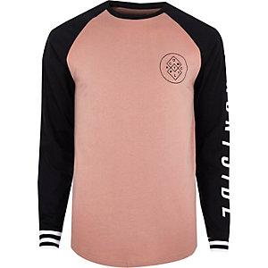 T-shirt imprimé graphique rose à manches longues raglan