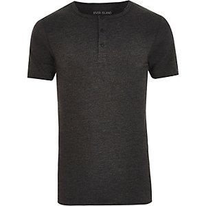 T-shirt gris foncé ajusté à col grand-père