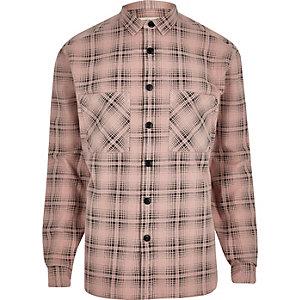 Chemise rose à carreaux et manches longues