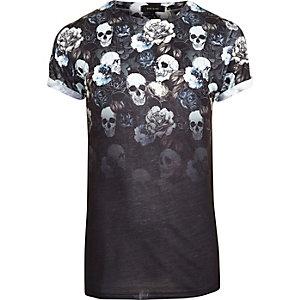 Schwarzes, verwaschenes T-Shirt mit Blumen- und Totenkopfmuster