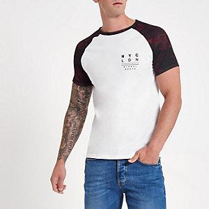 Wit T-shirt met korte raglanmouwen en bladerprint