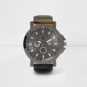 Grüne Uhr mit Armband mit Camouflage-Muster