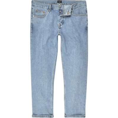River Island Cody -Jean ample bleu clair - Description Light wash/bleu denim Coupe ample Passants pour ceinture Cinq poches Braguette à boutons de fixation Notre modèle porte un UK 32 régulière et est 186.5cm/6'1.5'' haut