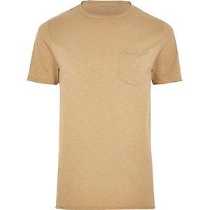 T-shirt slim marron avec poche à bord brut
