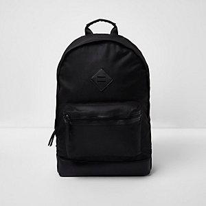 Schwarzer Rucksack mit Vordertasche