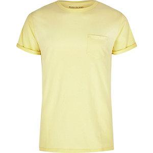 T-shirt jaune à manches retroussées avec poche