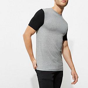 T-shirt ajusté noir à manches colour block