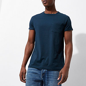 T-shirt bleu marine à poche et manches retroussées