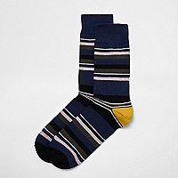 Schwarz gestreifte Socken
