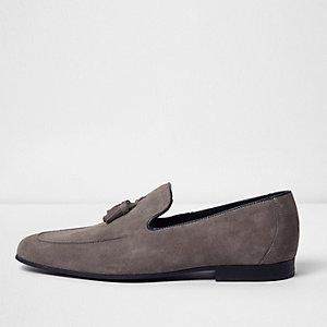 Graue Loafer mit Wildlederquasten