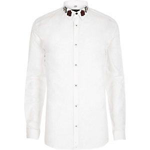 Wit aansluitend overhemd met geborduurde kraag