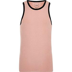 Roze aansluitend hemdje met contrasterende biezen