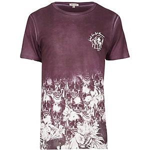 Dunkelrotes T-Shirt mit Totenkopfmotiv