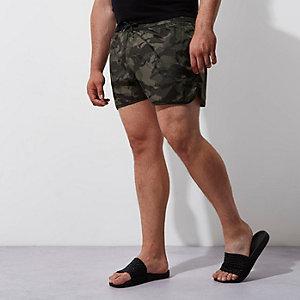 Big & Tall – Dunkelgrüne Badeshorts mit Camouflage-Muster