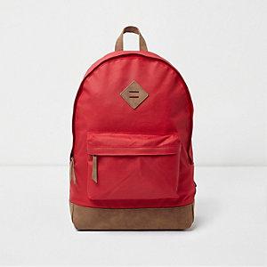 Roter Rucksack mit Tasche vorne