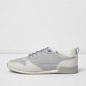 Weiße Laufschuhe im Vintage-Design