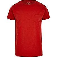 Rotes T-Shirt mit Rollärmeln
