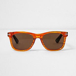 Oranje zonnebril in retrostijl