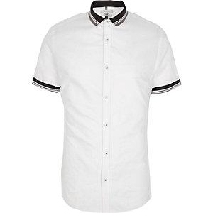 Weißes, geripptes, kurzärmeliges Hemd mit Kontrastkragen