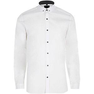 Wit skinny-fit overhemd met kleine kraag en pin