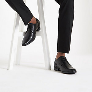 Schwarze, feine Schnürschuhe mit spitzer Zehenpartie