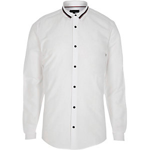 Wit aansluitend overhemd met streep op de kraag