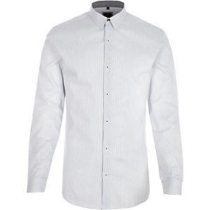 Weißes, gestreiftes Muscle Fit Langarmhemd