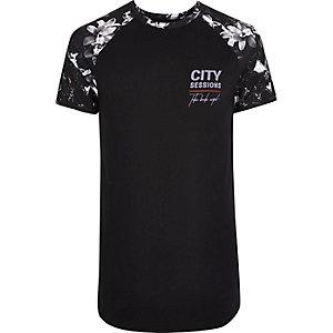 T-shirt ajusté à manches raglan avec imprimé à fleurs blanches