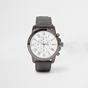 Horloge met ronde wijzerplaat en grijs bandje in leerlook