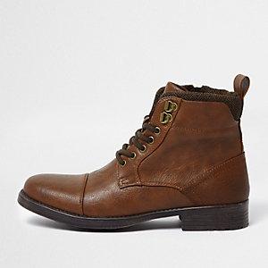 Bruine laarzen met vetersluiting en ronde neus