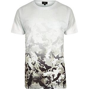 Wit T-shirt met ronde hals, zwart-witte camouflageprint met kleurverloop