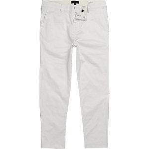 Kurz geschnittene Slim Fit Chino-Hose in Weiß