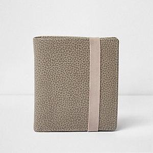 Portefeuille en cuir gris texturé avec élastique