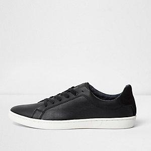 Zwarte sportschoenen met veters en textuur