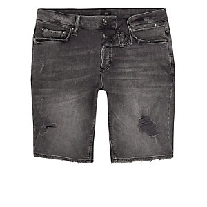 Skinny Jeansshorts in schwarzer Waschung im Used-Look